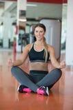 Allungamento degli esercizi dei pilates nello studio di forma fisica Fotografia Stock