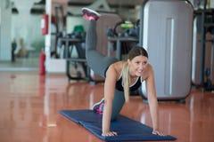 Allungamento degli esercizi dei pilates nello studio di forma fisica Immagini Stock