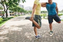 Allungamento dei athlets Fotografia Stock Libera da Diritti