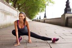 Allungamento dei muscoli Fotografie Stock