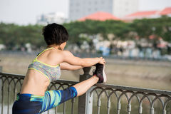 Allungamento dei muscoli della gamba Fotografie Stock