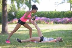 Allungamento dei muscoli in gambe Immagine Stock