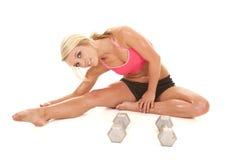 Allungamento dei pesi di allenamento della donna Fotografie Stock