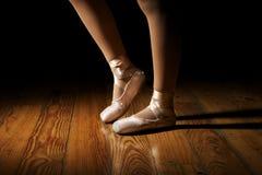 Allungamento dei piedi della ballerina Fotografia Stock Libera da Diritti