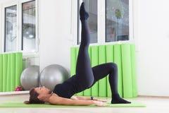 Allungamento dei pilates della gamba Immagine Stock Libera da Diritti