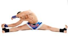 Allungamento del combattente di Kickbox Fotografie Stock