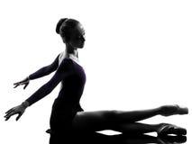 Allungamento del danzatore di balletto della ballerina della giovane donna Fotografie Stock