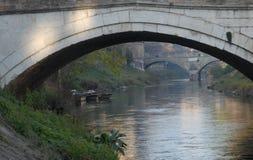 Allungamento del fiume fra i due ponti e con tre barche a Padova in Veneto (Italia Fotografia Stock Libera da Diritti