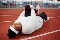 Allungamento del ginocchio per gonfiarsi Fotografie Stock