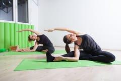 Allungamento del lato di yoga Immagine Stock Libera da Diritti