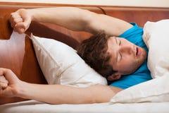 Allungamento del letto di mattina Immagine Stock Libera da Diritti