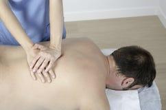 Allungamento del muscolo del dorsale Fotografie Stock