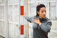 Allungamento del petto della donna di forma fisica Fotografie Stock Libere da Diritti