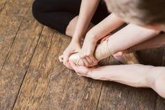 Allungamento del piede di balletto Immagini Stock