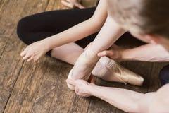 Allungamento del piede di balletto Immagine Stock Libera da Diritti