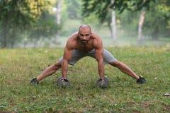 Allungamento dell'allenamento di esercizio all'aperto con le teste di legno Immagine Stock Libera da Diritti