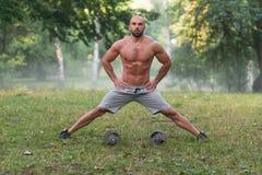 Allungamento dell'allenamento di esercizio all'aperto con le teste di legno Fotografia Stock Libera da Diritti