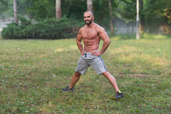 Allungamento dell'allenamento di esercizio all'aperto in natura Fotografia Stock Libera da Diritti
