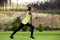 Allungamento dell'allenamento nel parco Fotografia Stock Libera da Diritti