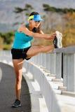 Allungamento dell'atleta Fotografia Stock Libera da Diritti