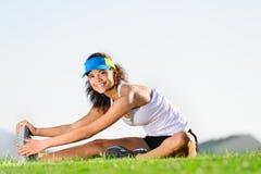 Allungamento dell'atleta Immagini Stock