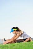 Allungamento dell'atleta Fotografie Stock Libere da Diritti