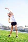 Allungamento dell'atleta Fotografia Stock