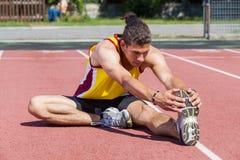Allungamento dell'atleta Fotografie Stock