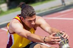 Allungamento dell'atleta Immagine Stock