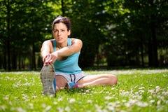 Allungamento dell'atleta femminile Fotografie Stock Libere da Diritti