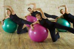 Allungamento dell'esercitazione sulla sfera di forma fisica Fotografie Stock Libere da Diritti