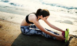Allungamento dell'esercizio che prepara concetto sano della spiaggia di stile di vita Immagine Stock