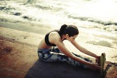 Allungamento dell'esercizio che prepara concetto sano della spiaggia di stile di vita Fotografie Stock Libere da Diritti