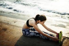 Allungamento dell'esercizio che prepara concetto sano della spiaggia di stile di vita Immagini Stock Libere da Diritti