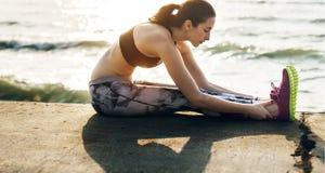 Allungamento dell'esercizio che prepara concetto sano della spiaggia di stile di vita Fotografia Stock Libera da Diritti