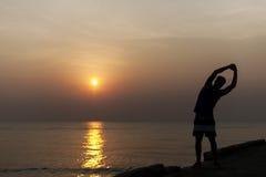 Allungamento dell'esercizio che prepara concetto sano della spiaggia di stile di vita Fotografia Stock