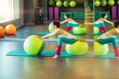 Allungamento dell'esercizio con fitball Fotografia Stock