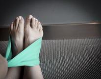 Allungamento dell'esercizio con il nastro verde Fotografia Stock Libera da Diritti