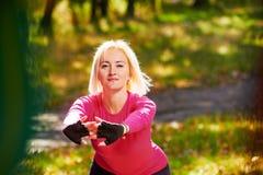 Allungamento dell'esercizio in parco Fotografia Stock Libera da Diritti