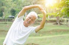 Allungamento dell'uomo anziano all'aperto Fotografia Stock Libera da Diritti
