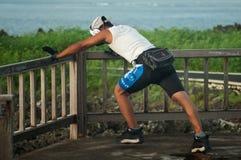 Allungamento dell'uomo della corsa mista Fotografia Stock Libera da Diritti