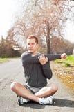 Allungamento dell'uomo della corsa Mixed Fotografie Stock