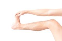 Allungamento dell'uomo della gamba di esercizi su fondo bianco Immagine Stock