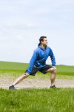 Allungamento dell'uomo la giusta gamba Fotografia Stock