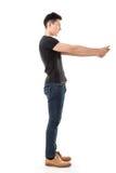 Allungamento dell'uomo le sue mani Fotografia Stock