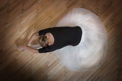 Allungamento della ballerina Fotografie Stock Libere da Diritti