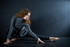 Allungamento della ballerina Immagine Stock
