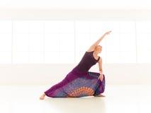 Allungamento della dimostrazione di posa di yoga Fotografia Stock Libera da Diritti