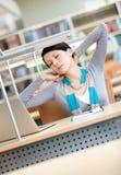 Allungamento della donna che lavora al calcolatore Fotografie Stock