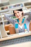 Allungamento della donna che lavora al computer portatile Immagine Stock Libera da Diritti